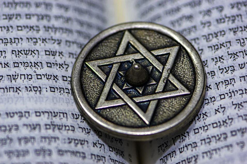 Star of David vs Pentagram